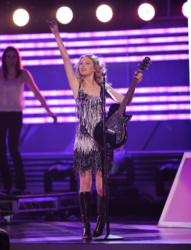 78866_celebutopia-taylor_swift_performs_at_the_44th_annual_academy_of_country_music_awards-01_122_918lo